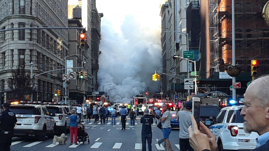 Cinco heridos, 28 edificios evacuados y riesgo de asbesto dejó explosión de tuberías en Midtown