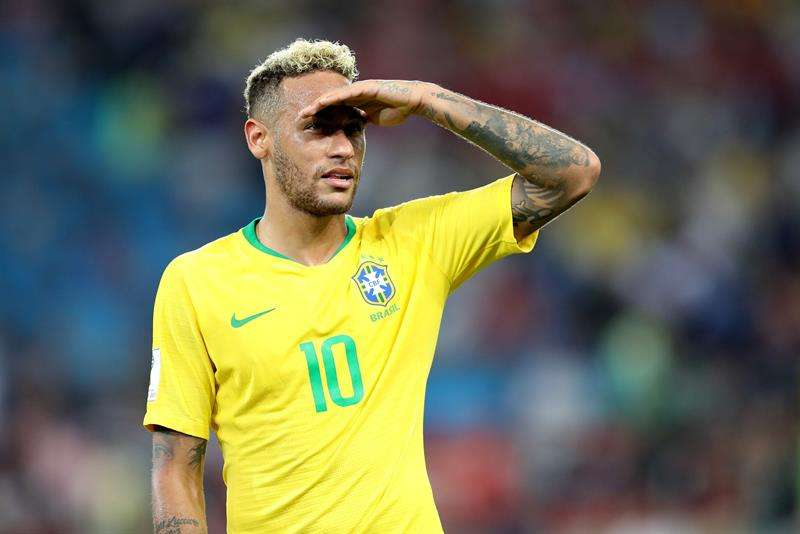 VIDEO: Argentino besa los pies de Neymar en torneo de fútbol callejero