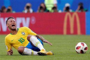 Neymar acepta que finge las faltas ¡volviéndose a tirar!