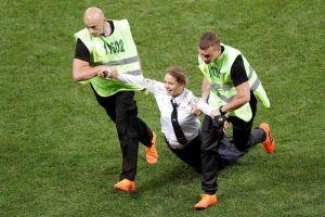 Las 'Pussy Riot' le ganaron la partida a Putin e invadieron la cancha en la final del Mundial
