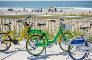 Alcalde da pedalazo inicial a nuevas bicicletas en Rockaways
