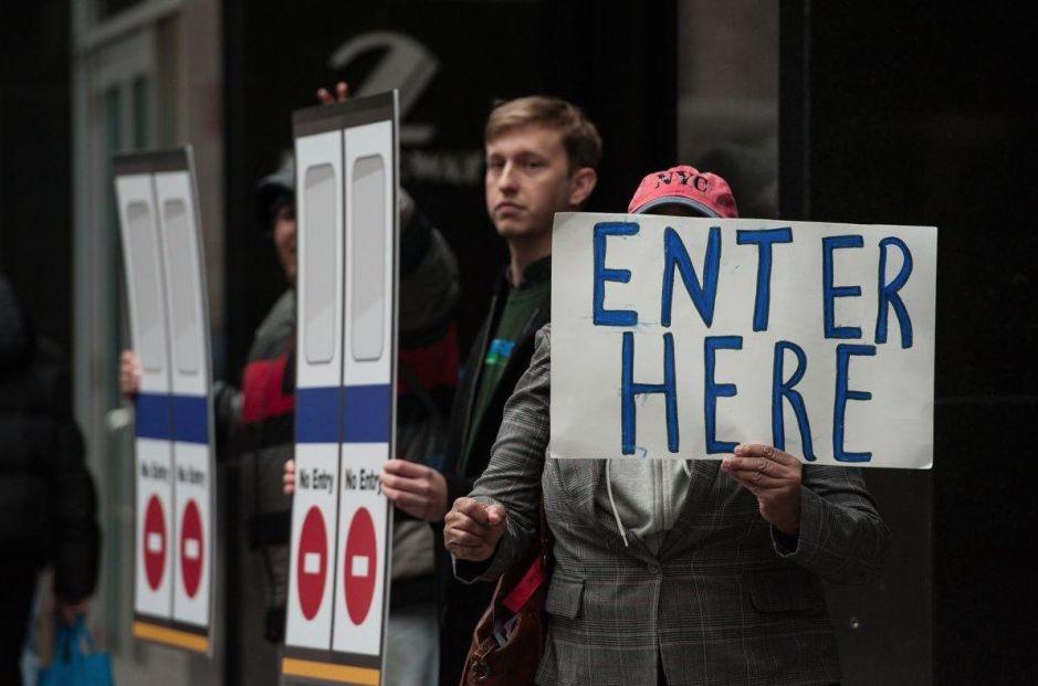 Protestan en la Alcaldía contra el mal servicio de autobuses en NYC
