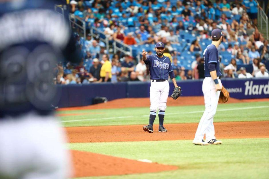 Lanzador Sergio Romo juega de tercera base antes de hacer un salvamento