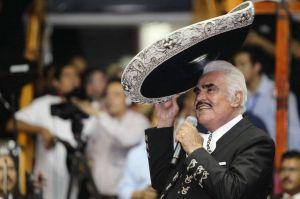 Hijo de Vicente Fernández da la cara por su padre y asegura que éste no es homofóbico