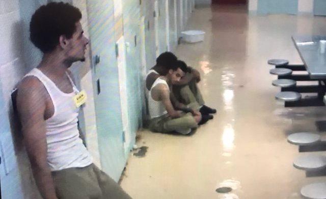 Llaman 'hipócrita' a alcalde por aislar 3 detenidos por muerte de 'Junior' en una celda para 50 reos