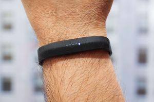 Al monitor de actividad Fitbit Flex 2 lo puedes sumergir hasta 50 metros