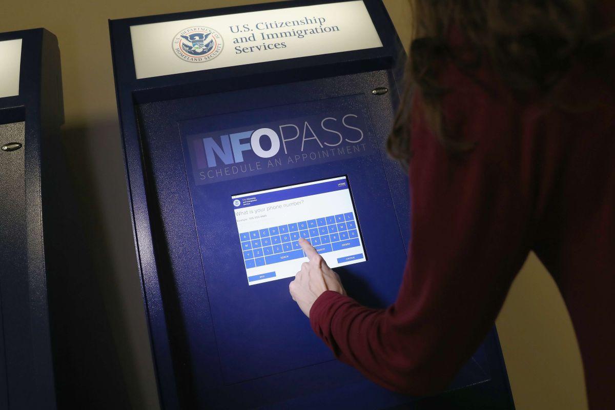 """¿USCIS canceló castigo a inmigrantes con """"green card"""" por ayudas federales?"""