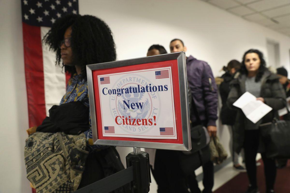 Expertos sugieren a inmigrantes aplicar por la ciudadanía.