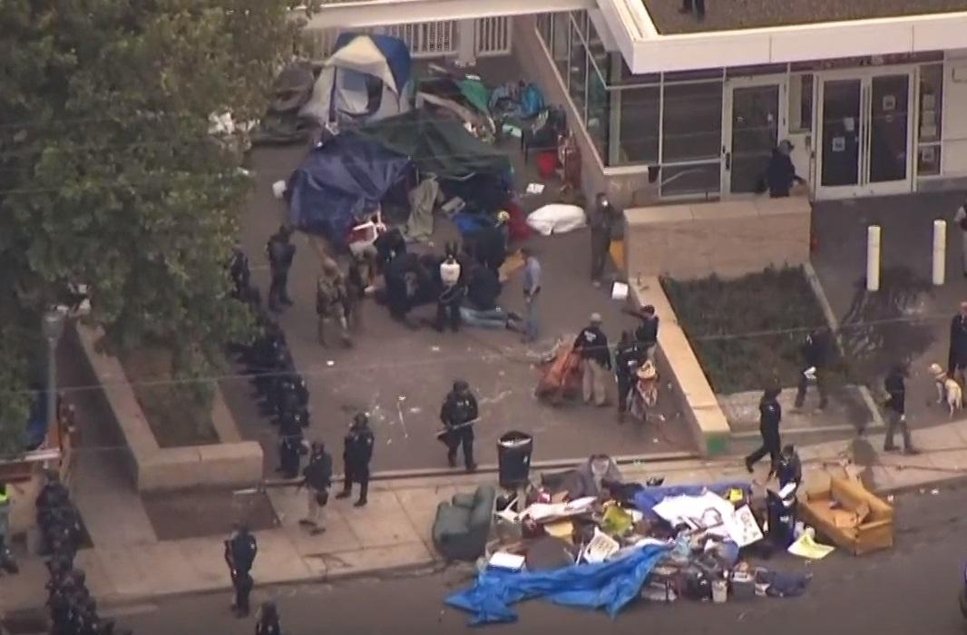 ICE acusa a alcalde de Oregon de incitar a manifestantes en su contra