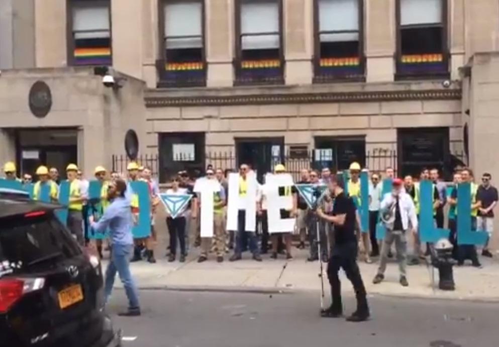 Supremacistas blancos lanzaron consignas contra mexicanos en consulado en Nueva York