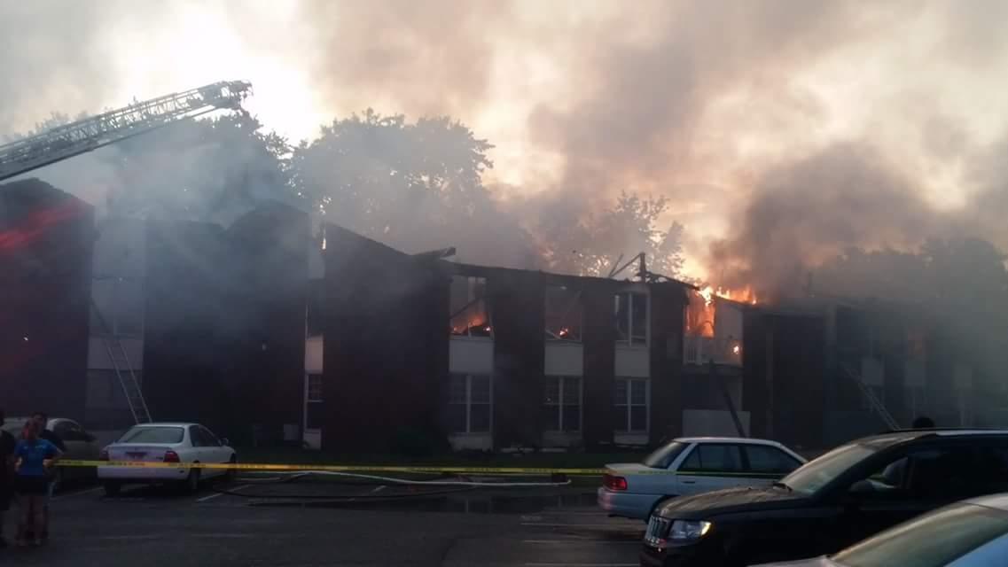 Sospechan que un rayo causó incendio que destruyó 16 viviendas en Nueva Jersey
