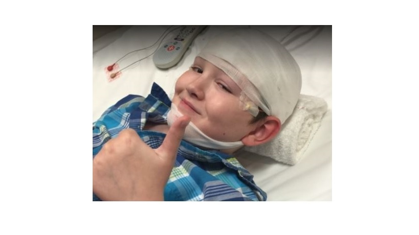 Niño con enfermedad que convierte la piel en piedra busca una cura