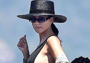 Kourtney Kardashian enseñó de más en un ajustadísimo traje de baño