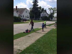 Los vecinos denuncian a un niño por cortar la hierba y ahora tiene tantos clientes que monta negocio