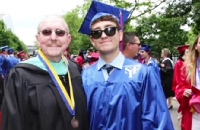 Abuelo y nieto egresan de la escuela secundaria el mismo día