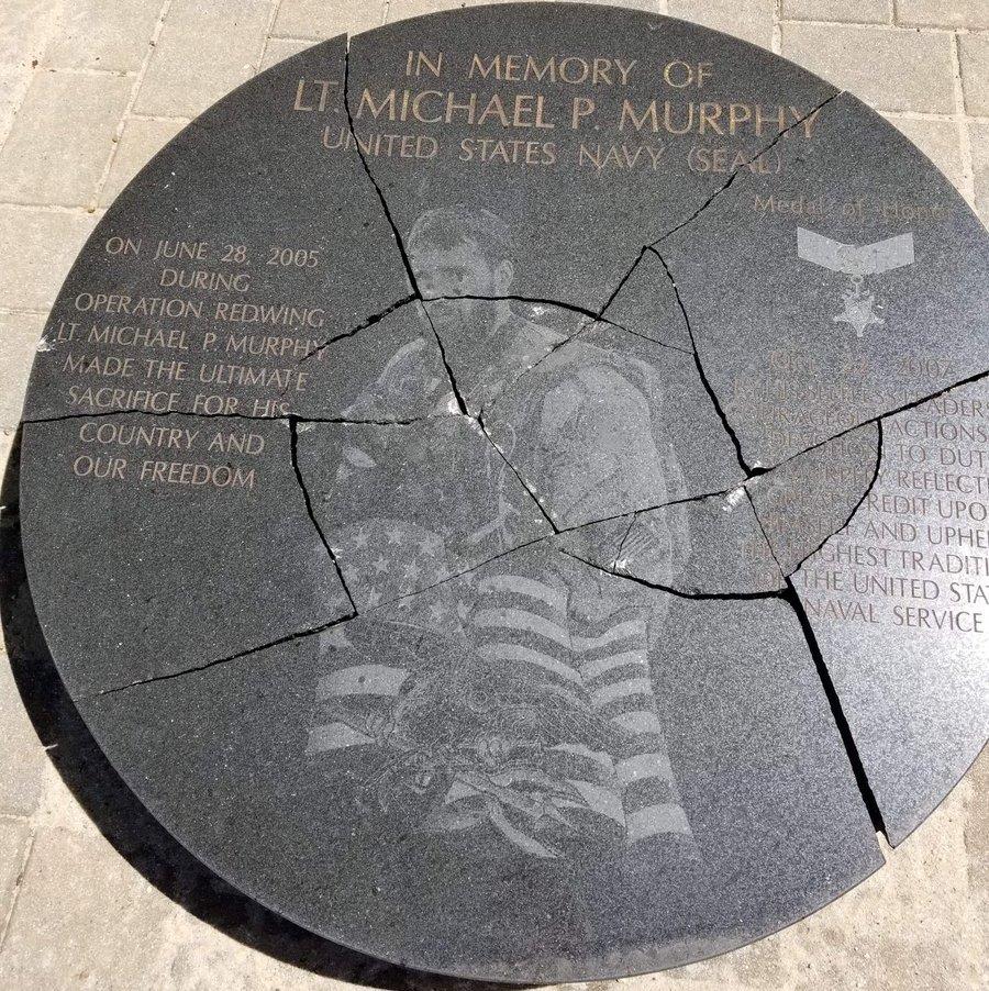 Arrestan a adolescente por destruir monumento a un veterano de guerra