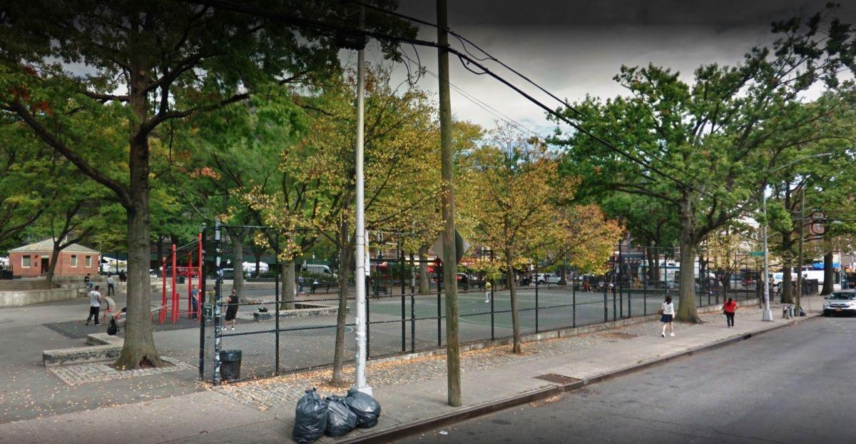 Encuentran cadáver en una banca de parque en Queens