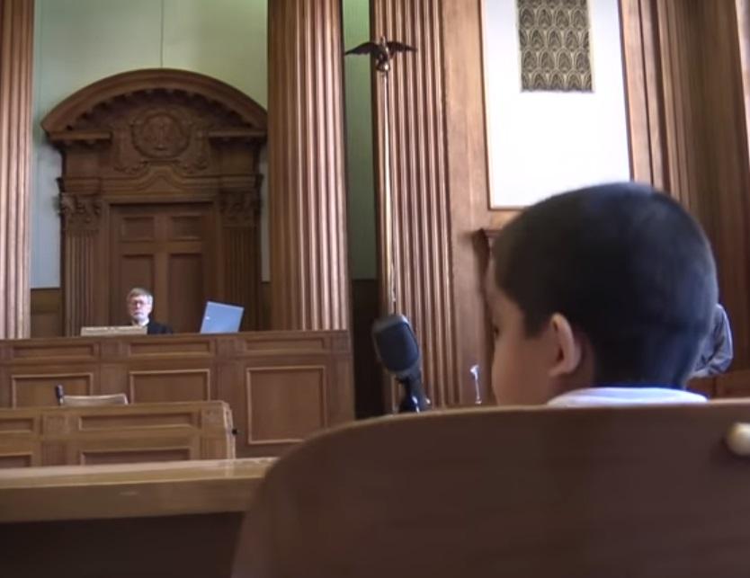 El video que recrea cómo los niños inmigrantes se enfrentan solos a un juez