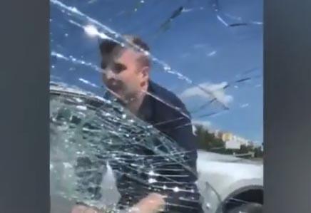 Destruye cristal de auto de su exesposa para llevarse a su hija