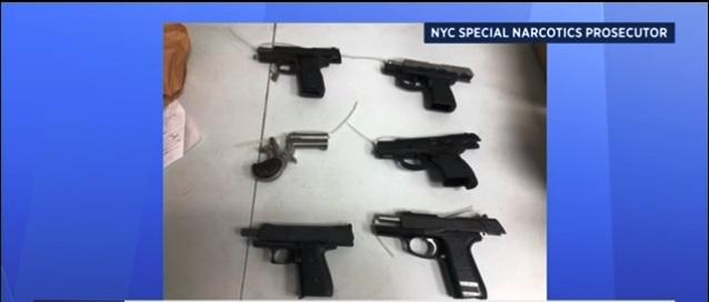 Ocho acusados tras decomiso de armas y drogas cerca de escuela en Queens