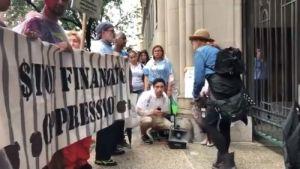 8 arrestados en protesta contra JP Morgan por apoyar centros de detención de inmigrantes