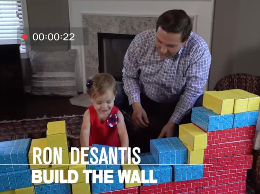 Republicano desata polémica por enseñar a su hija a construir un muro como el de Trump