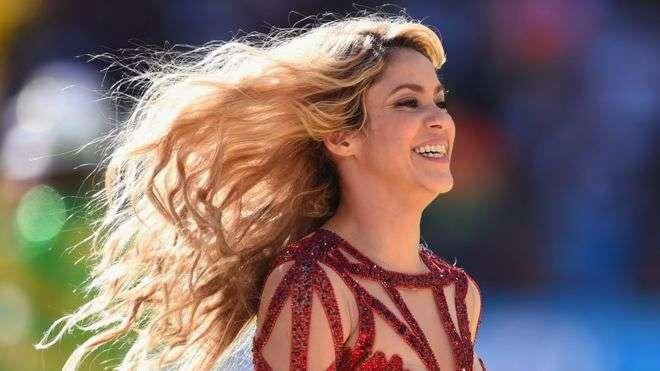Vídeo: Shakira coloradita por pensar en su intimidad con Gerard Piqué