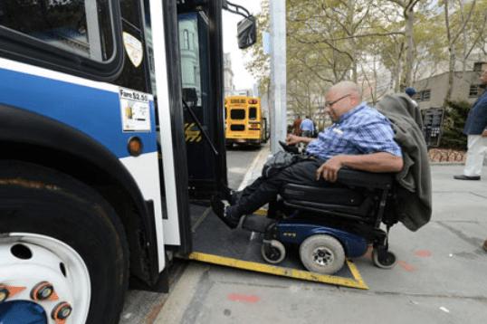 Conductores de autobuses desconocen el funcionamiento del acceso para sillas de ruedas