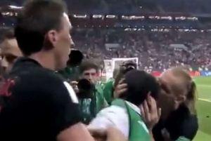 Jugadores croatas festejaron el gol del triunfo ¡con un fotógrafo salvadoreño!