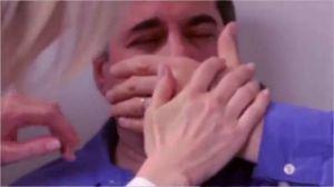Un hombre ciego ve por primera vez a su esposa e hija y así reacciona