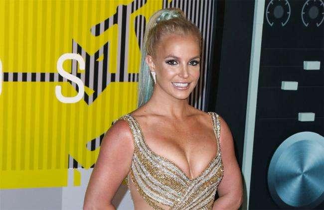 Britney Spears revive escena del Titanic en bikini