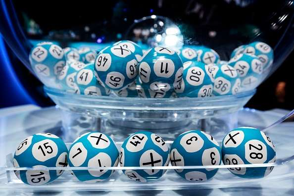 Una mujer de Nueva York tiene un sueño con números de lotería y gana $1 millón