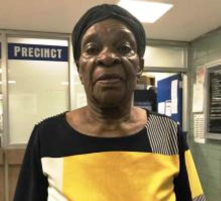 Anciana llega a la policía y pide ayuda para recordar su nombre y dónde vive