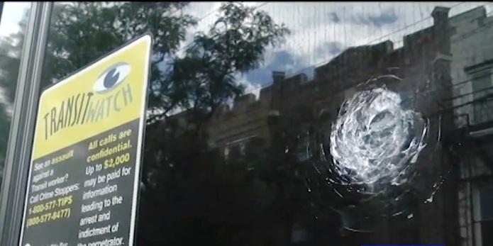 De una pedrada rompen ventana de autobús MTA; 4to ataque en una semana