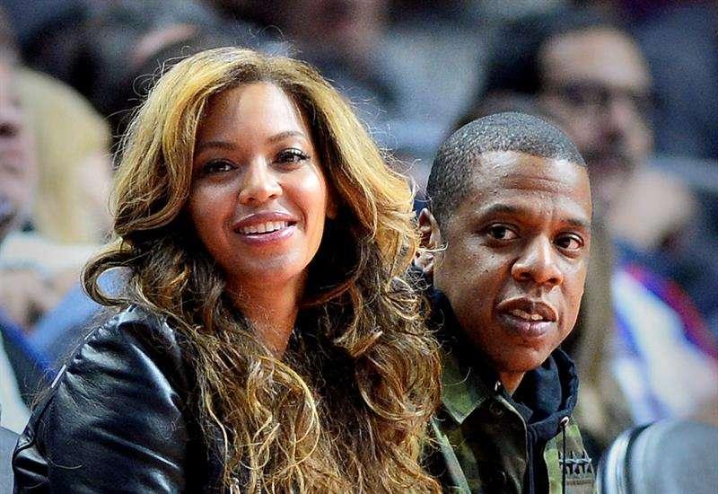 ¿Celoso Jay Z?, esposo de Beyoncé arrebata celular a hombre que grababa a cantante en fiesta de cumpleaños