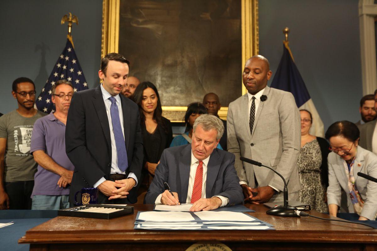 Alcalde firma leyes para proteger los derechos de los reclusos