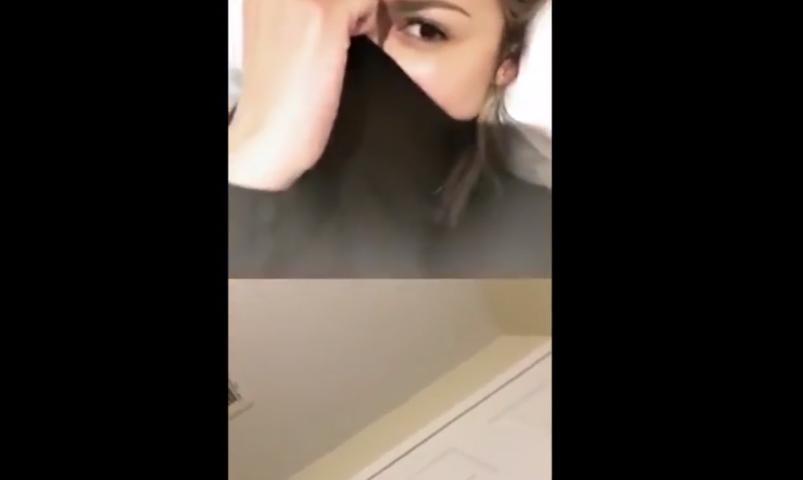 Eiza González responde a fan por videollamada en Instagram y la sorprende en el baño