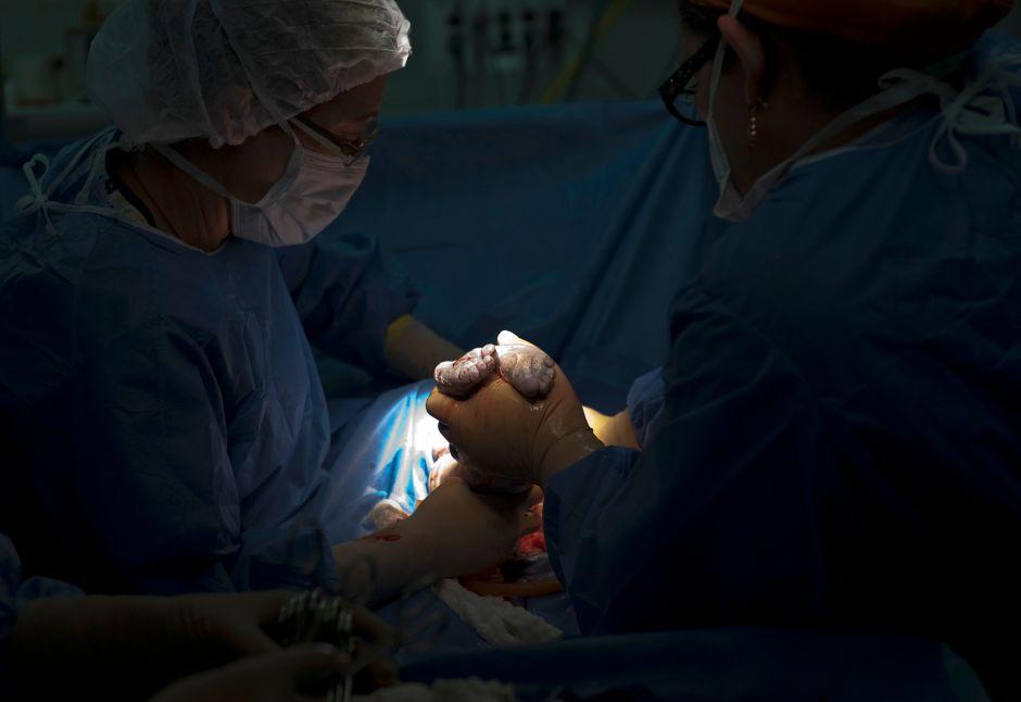 Le hicieron una cesárea sin anestesia