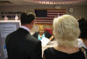 """Abogados advierten sobre leyes para otorgar """"green card"""" que avanzan en Congreso"""