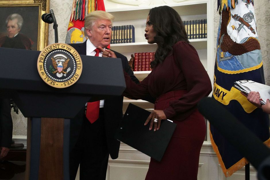 Exasesora dice que vio a Trump comer papeles con anotaciones de una reunión