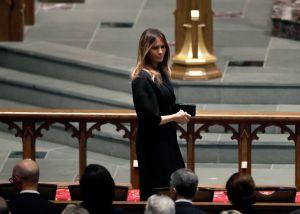¿Melania Trump acudirá a funeral de John McCain a donde no fue invitado el presidente?