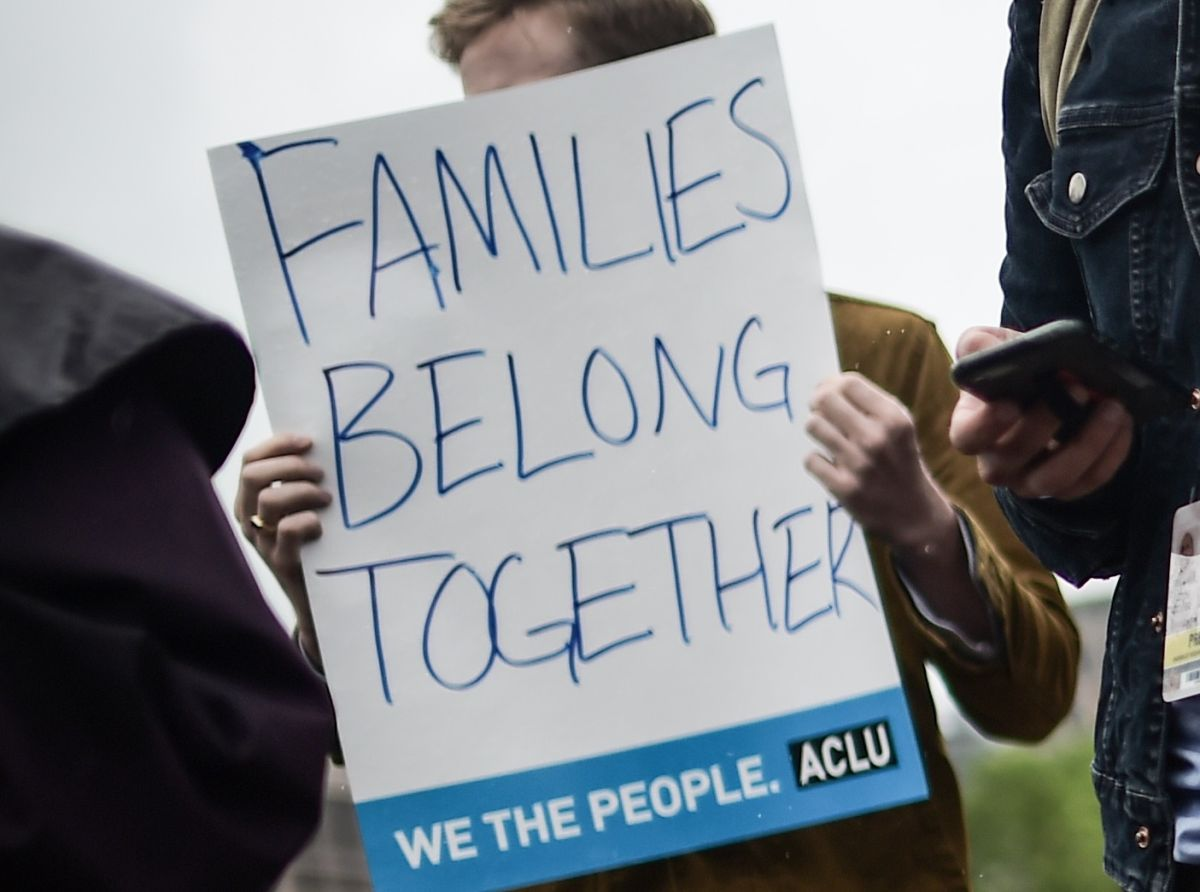 Activistas exigen la reunificación de familias separadas.