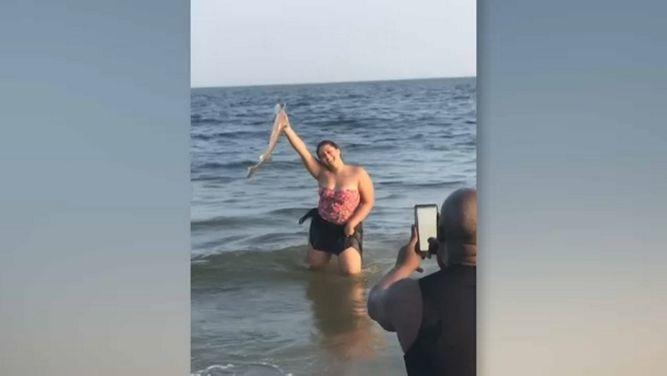 Hispana rescata a tiburón bebé en Coney Island