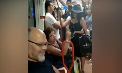 """Pasajera """"racista"""" le niega asiento a niña en Metro de Madrid por su """"aspecto latino"""""""