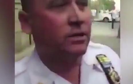 """Capitán del NYPD en aprietos por patear supuesto altar levantado por """"Los Trinitarios"""""""