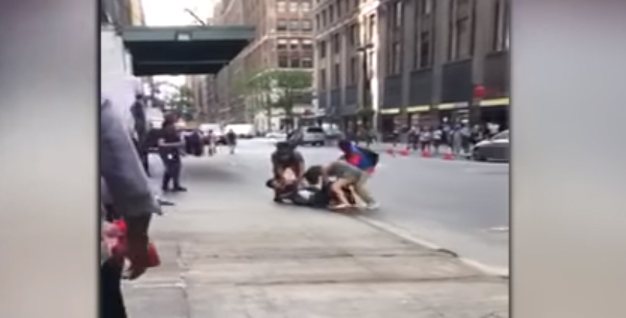 Taxista de Nueva York se enfrenta a los puños con otro conductor y su pareja en plena calle