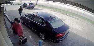 VIDEO: mujer lucha a rabiar durante asalto avisado por empleada bancaria