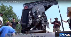 Develan estatua del Templo Satánico frente al Capitolio de Arkansas