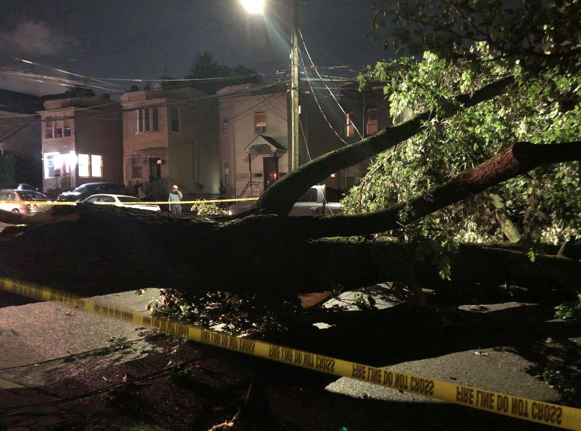 Tornado provoca destrozos en Queens; el mal tiempo seguirá durante fin de semana