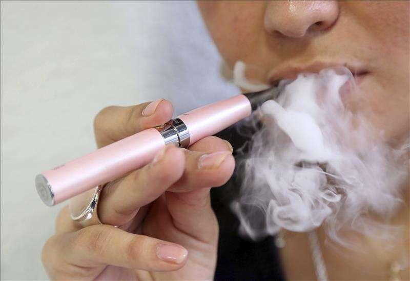 """FDA declara """"epidemia"""" por uso de cigarrillos electrónicos entre jóvenes"""